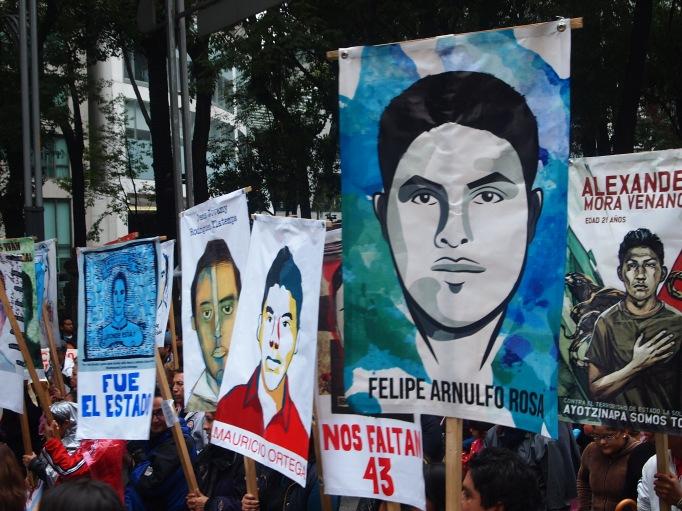 Manifestantes protestan en la Ciudad de México a un año de la desaparición de los 43 normalistas de Ayotzinapa